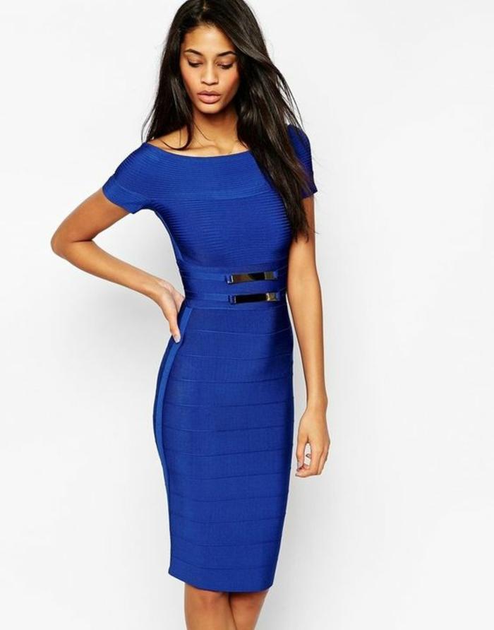 robe nouvel an robe longue moulante en bleu électrique avec décolleté type bateau et longueur mi-genoux et des manches courtes