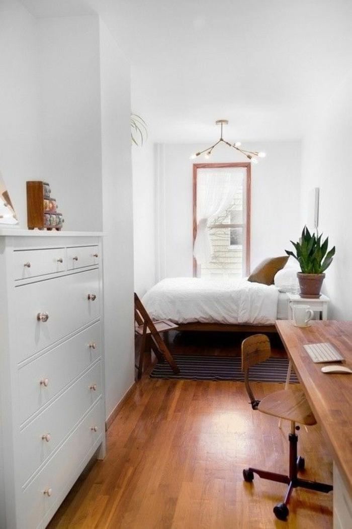 deco petite chambre adulte en blanc et marron, avec grand meuble blanc avec plusieurs tiroirs aux poignets métalliques couleur or