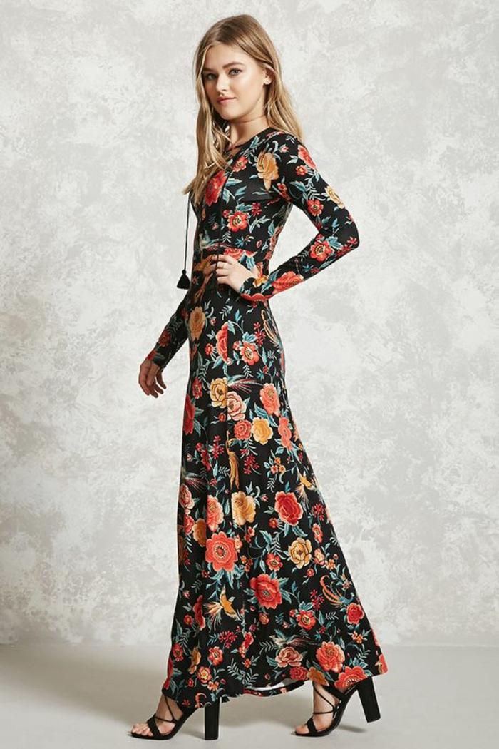 robe longue moulante en noir avec des fleurs en rouge et en orange avec des manches longues et col rond