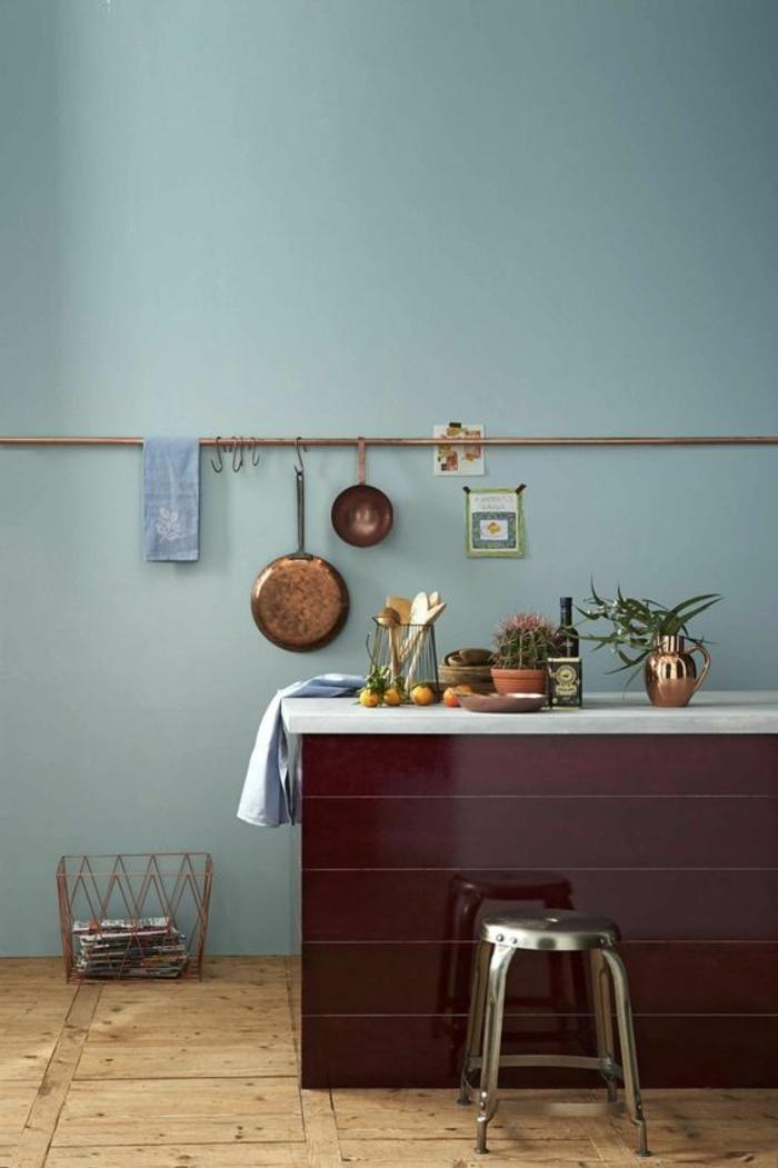 peinture gris perle avec grand meuble en bordeaux surface lisse et brillante, sol recouvert de parquet brut de bois PVC en couleur claire