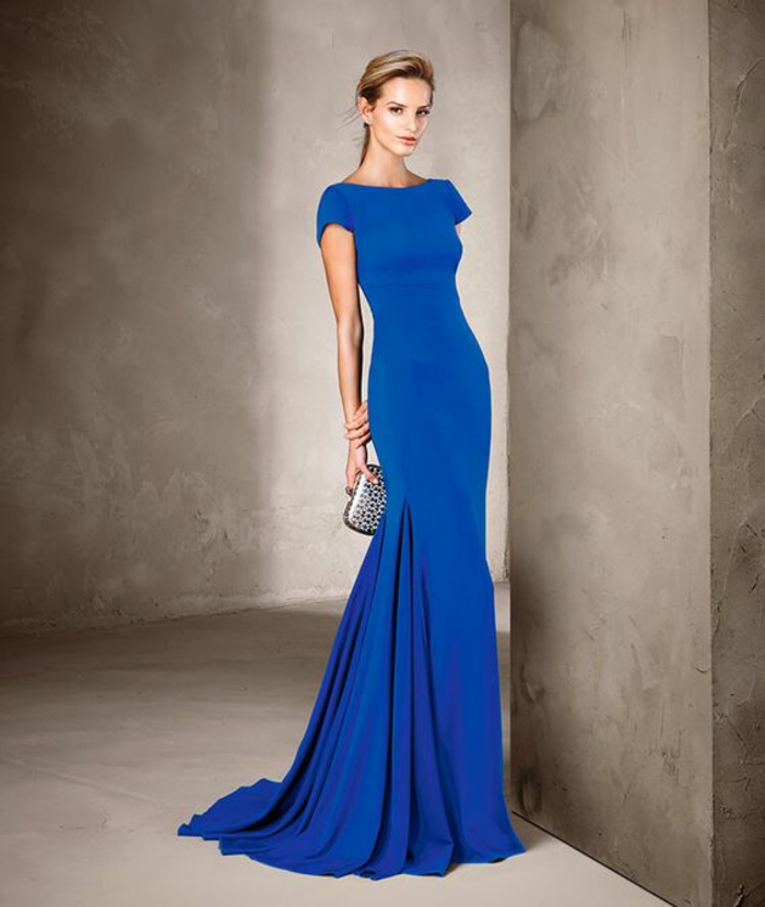 robe de soirée longue en bleu ciel avec décolleté bateau et des manches courtes avec petite traîne