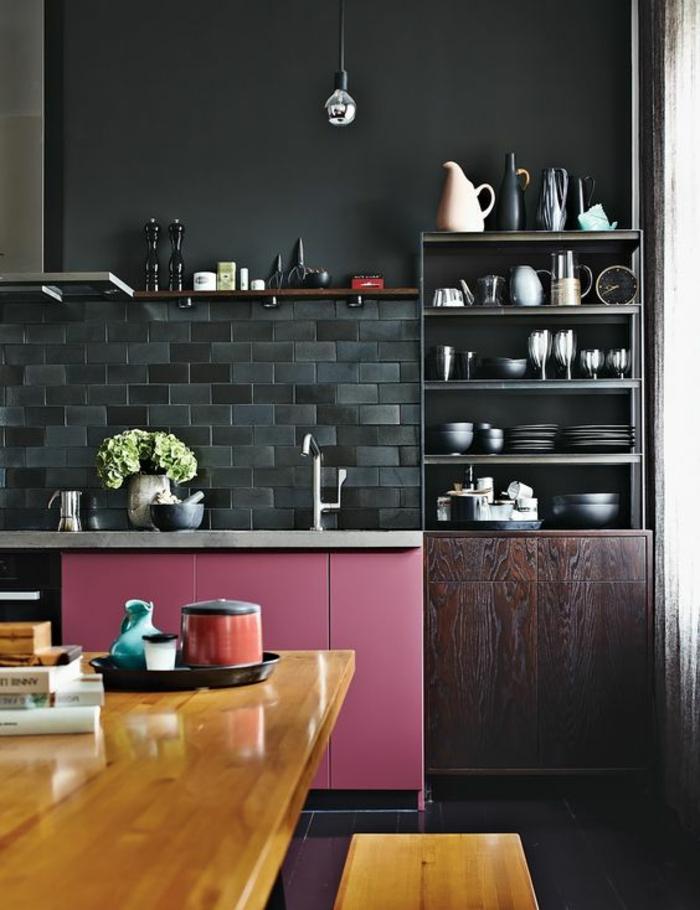 repeindre sa cuisine en gris anthracite avec des briques au dessus du meuble lavabo en rose bonbon, table et banc en nuance jaune