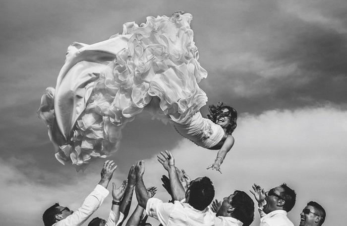 Cool photo de la mariée dans l'air amusante idée photo de groupe mariage avec les hommes d honneur