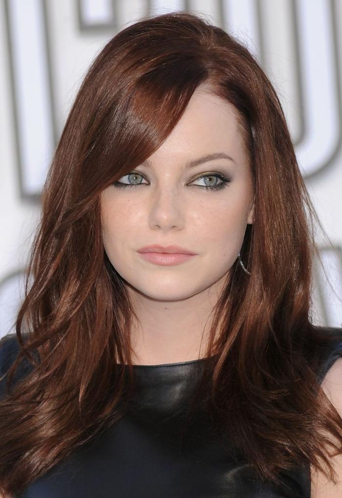 acajou cheveux, rouge à lèvres nude, yeux soulignés, frange sur le côté