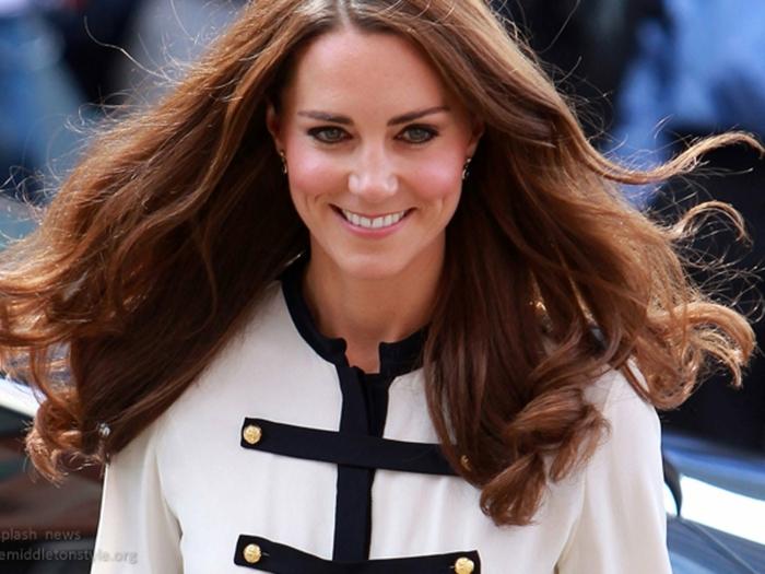 acajou cheveux, Kate Middleton, cheveux longs bouclés, yeux bleus, tenue blanche