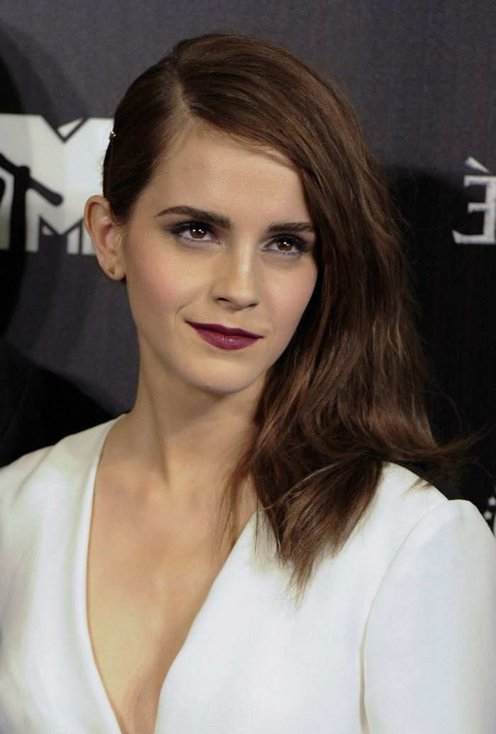 acajou cheveux, Emma Watson avec une coiffure asymétrique, cheveux couleur acajou