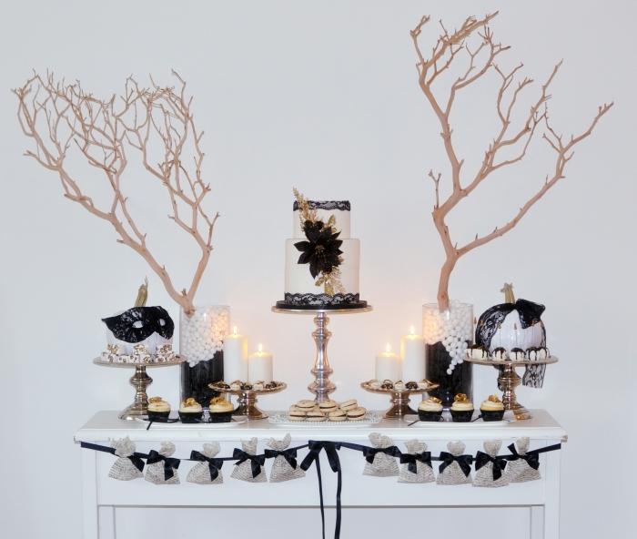 gâteau halloween, décor en blanc et noir pour halloween, desserts et bougies en style Halloween avec vase et guirlande en blanc et noir