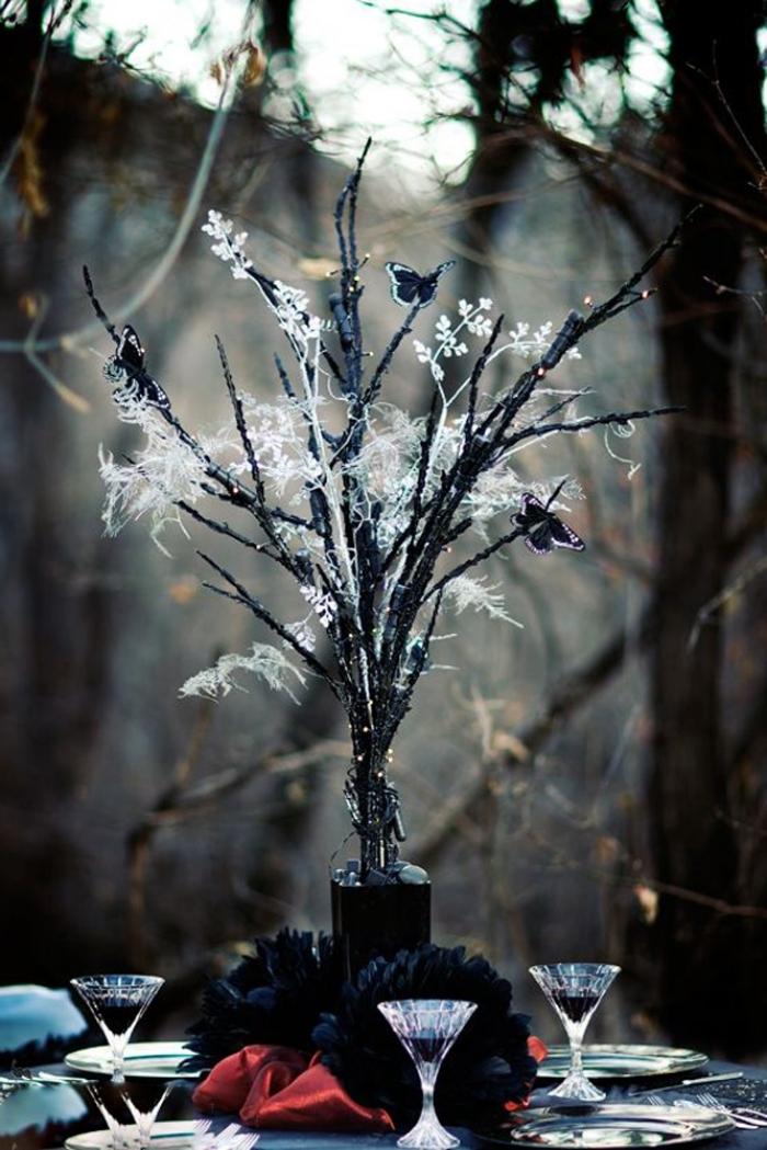 mariage à thème Halloween dans la forêt, bouquet de fleurs et brins séchées peintes en noir avec papillons en papier