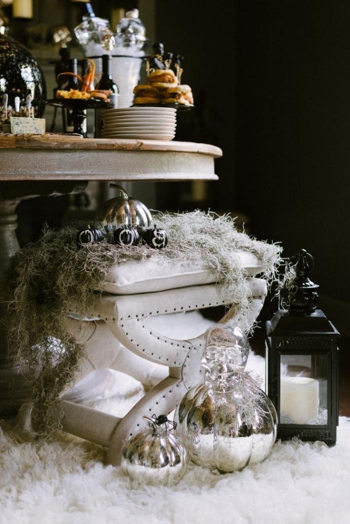 activité halloween, table ronde en bois avec assiettes blanches, tapis blanc en faux fur, soiree halloween