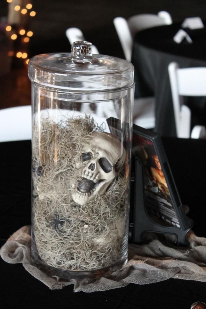projet DIY facile pour Halloween, récipient en verre avec petite crâne Halloween, guirlande lumineuse dans la déco Halloween