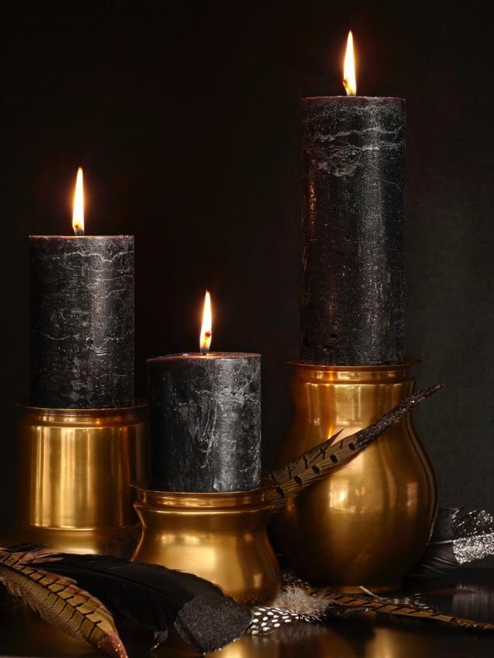 objet deco, idée pour la déco intérieur Halloween en or et noir, bougies à design marbre noir avec plumes dorées