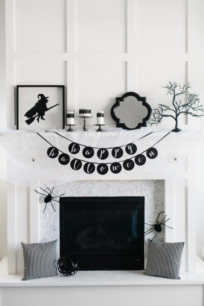 decoration d interieur, salon aux murs blancs avec cheminée en marbre et porte noire, coussins décoratifs rayés en blanc et gris foncé