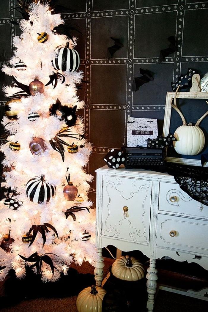 deco halloween, chambre aux murs noirs et meubles blancs avec sapin Halloween blanc et objets décoratifs en blanc et noir