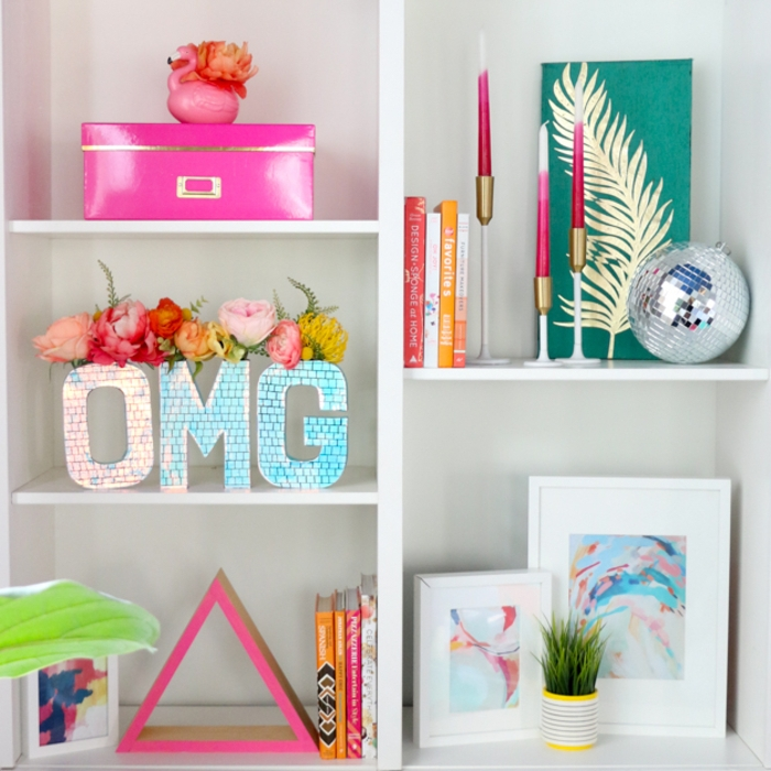 idée pour un tuto bricolage maison facile, réaliser un vase en carton décoré de papier irisé