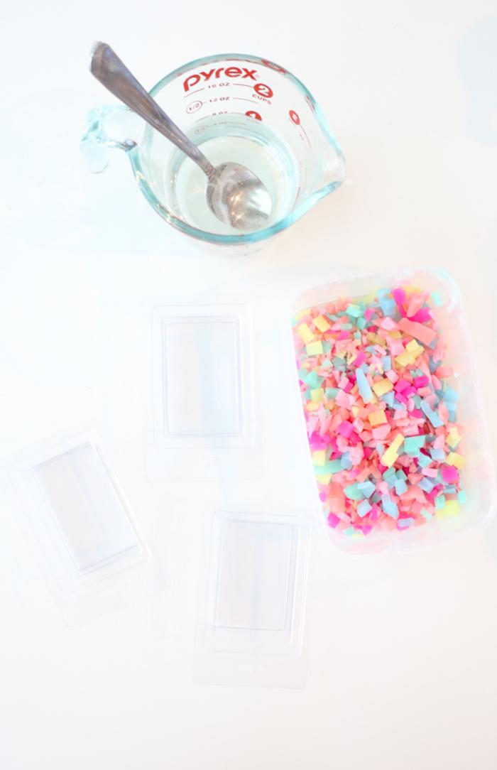 une activité manuelle créative pour chasser l'ennui, comment faire du savon diy original