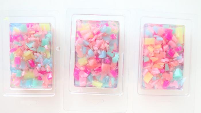 idées originales pour une activité créative facile, savon diy à confettis à offrir comme cadeau de noël