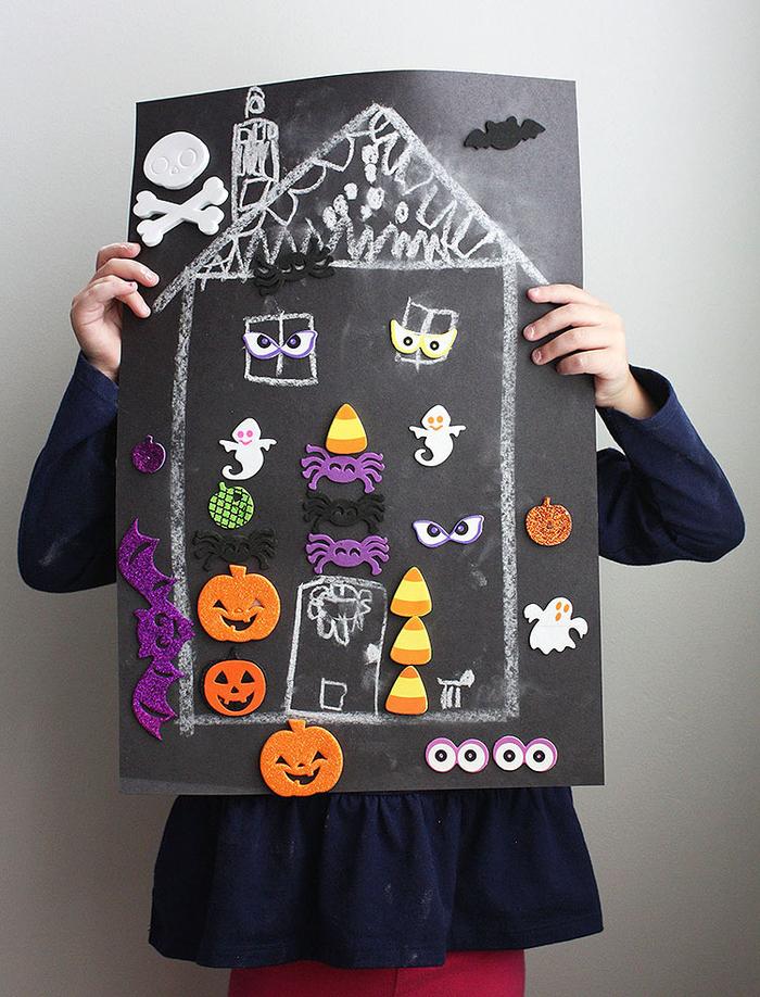 idée d'activité manuelle halloween originale, tableau ardoise magnétique transformé en maison hantée d'halloween