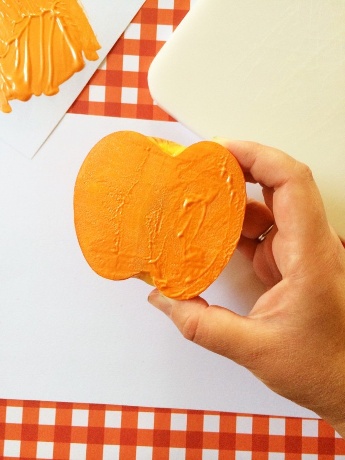 apprenez les enfants comment créer des dessins d'halloween faciles et rapides avec des tampons en fruits diy, idée bricolage originale pour les plus petits