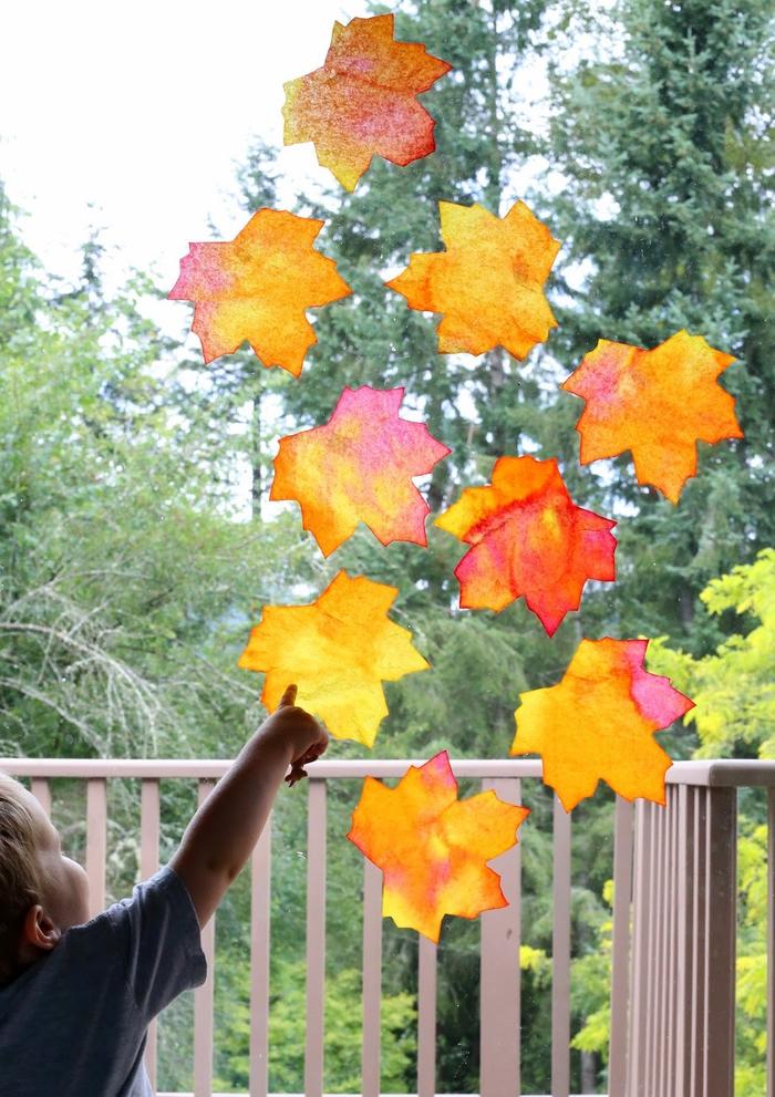 une activité manuelle automne pour occuper les enfants à la maison, fabriquer des capteurs de soleil en forme de feuilles