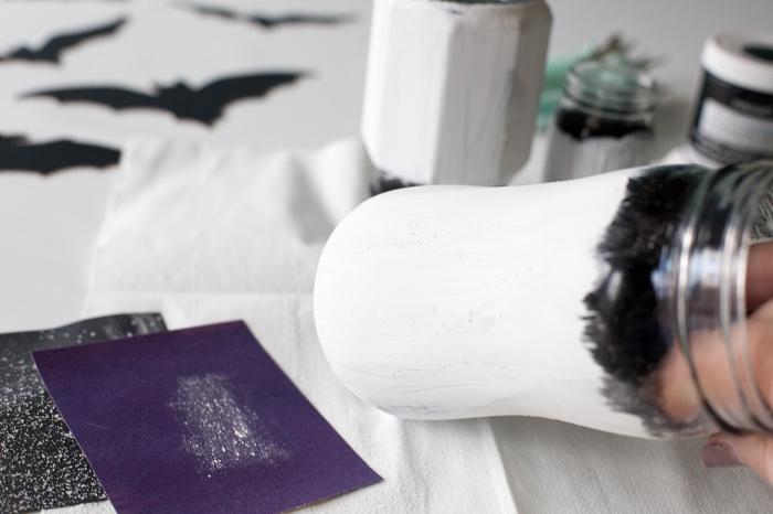 tutoriel halloween pour faire un objet déco thématique, peindre bocal en verre avec peinture blanche et noir
