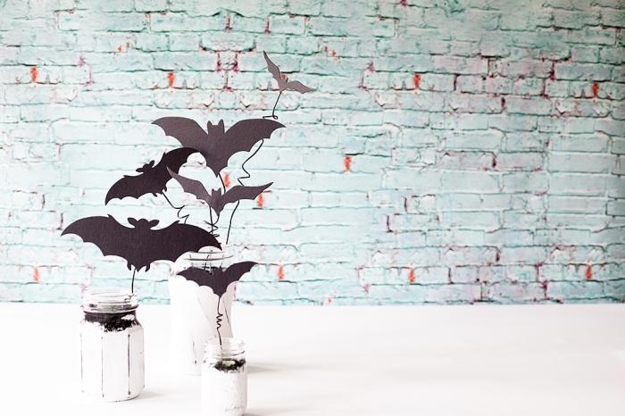 decoration d interieur, projet diy facile avec bocaux en verre, activité manuelle Halloween avec chauves-souris en papier et récipient en verre