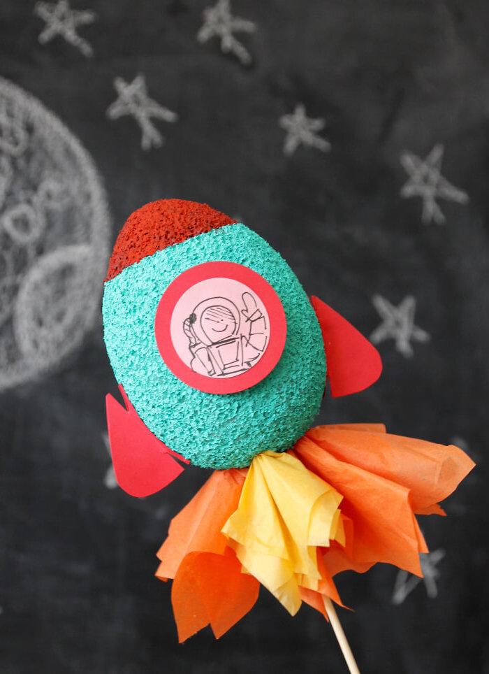 un projet de pinterest bricolage facile et amusant pour la fabrication d'une fusée en polystyrène et sa décoration originale
