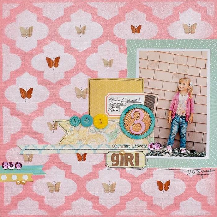 album photo scrapbooking, page scrapbooking avec feuille rose pastel et rose bonbon à deco papillons et boutons