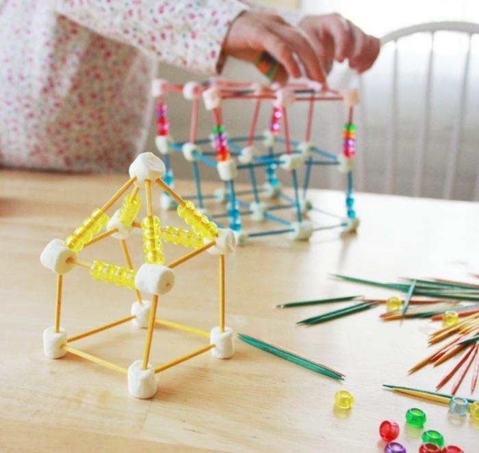 une activité manuelle 3 ans qui stimule la motricité fine des enfants, faire des sculpture en cure-dents et marshmallow