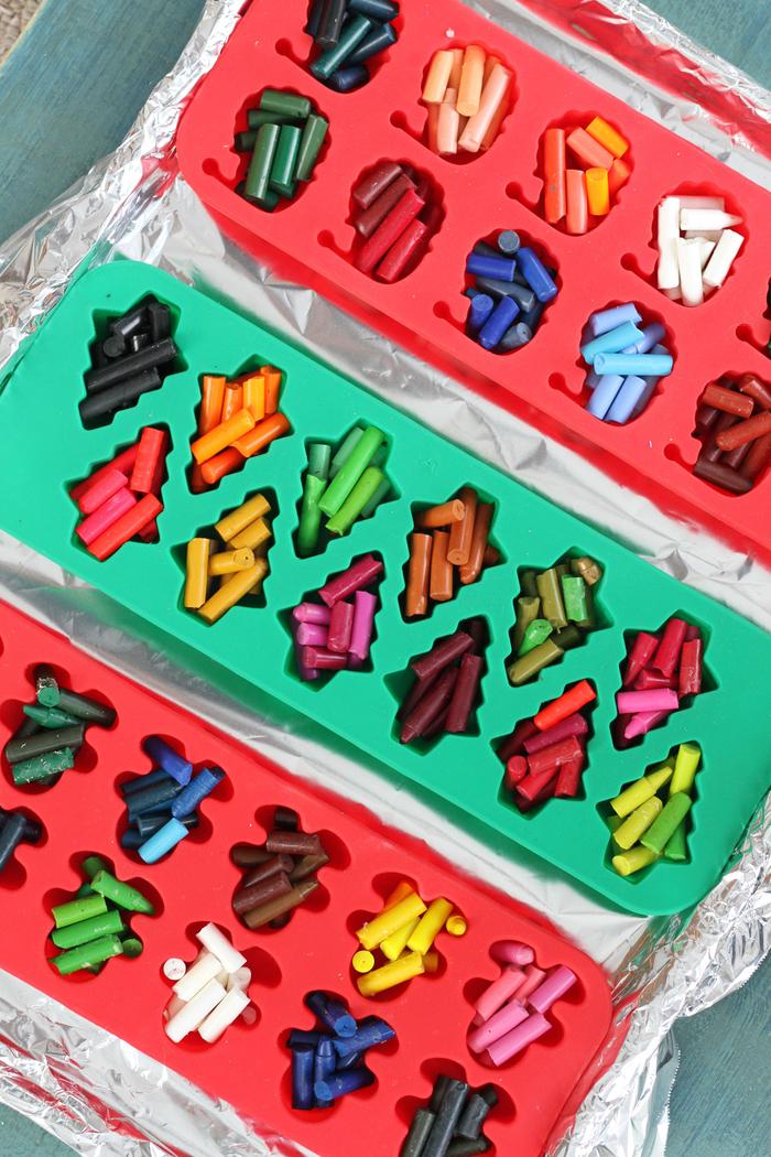une activité manuelle 3 ans pour fabriquer des crayons en cire maison en formes et couleurs variées