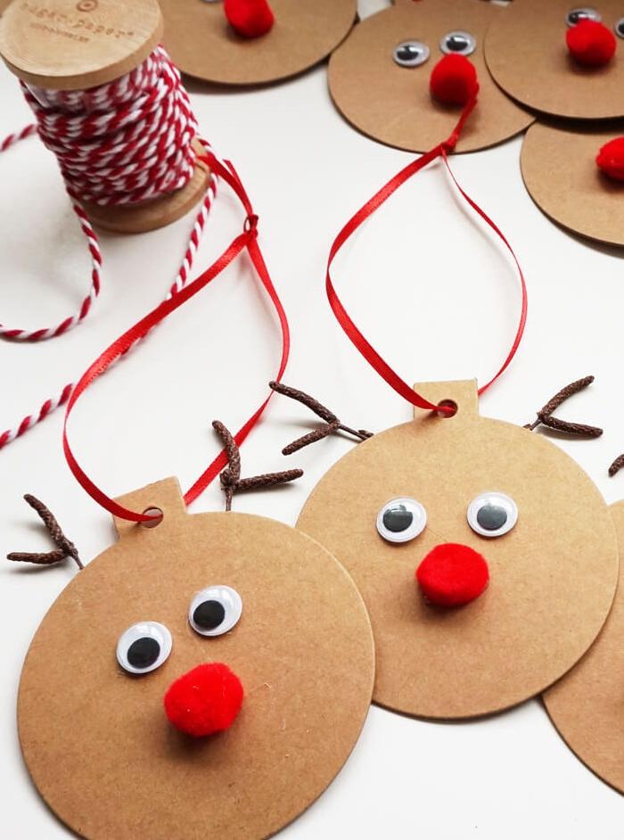 activité manuelle primaire, boules de noel en carton transformés en rennes de père noel, motif rudolph, pompon en guise de nez, des yeux mobiles, bois simples