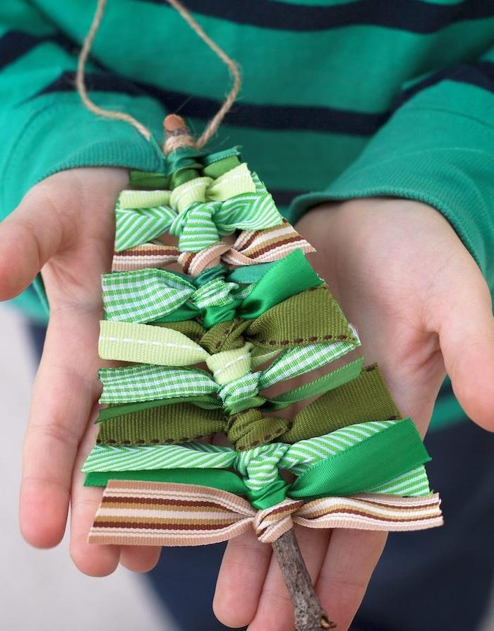activité noel maternelle, branche de bois, décoré de rubans verts, idée de décoration ornement pour sapin de noel