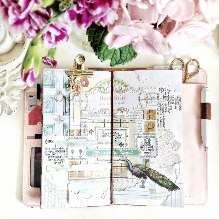 exemple scrapbooking, carnet fille avec photos et notes, couverture de carnet rose pastel avec crayon blanc