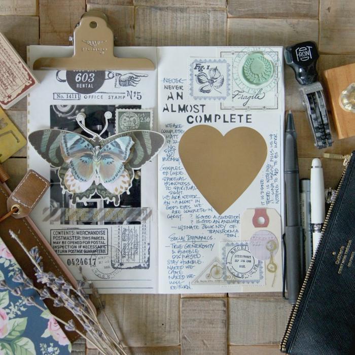 idée scrapbooking, carnet aux pages blanches avec photos et notes, embellissements scrapbooking avec timbres-poste