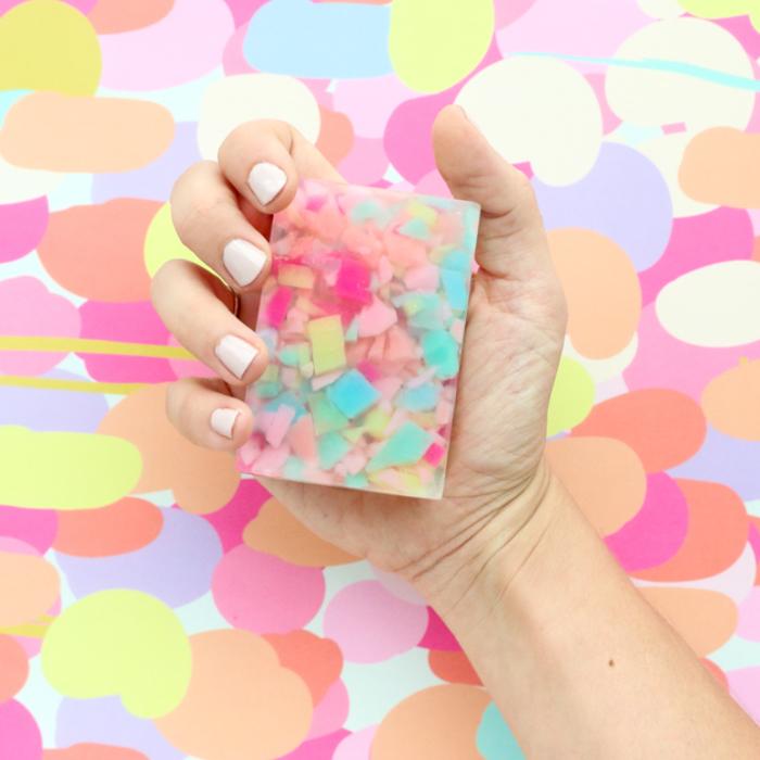 fabriquer du savon de fantaisie à confettis colorés à offrir comme cadeau personnalisé
