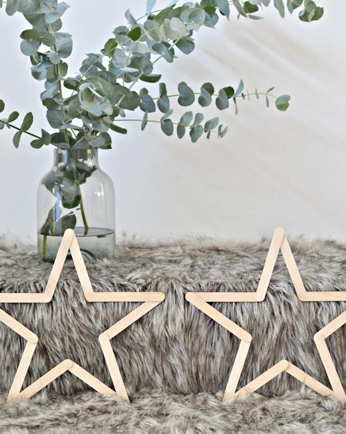 étoiles en batonnets de glace de bois sur une couverture grise, deco noel a faire soi meme, bricolage facile