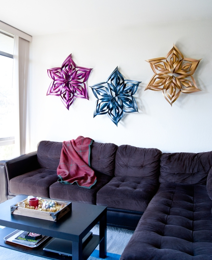 activité manuelle noel, des flacons de neige en papier coloré pour décorer un mur blanc, canapé gris foncé, table basse en bois