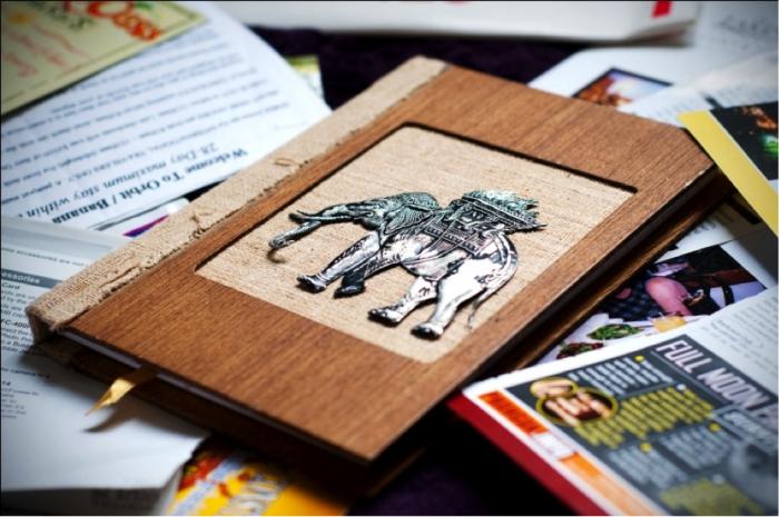 activité manuelle maternelle, faire un carnet personnalisé à la couverture en bois avec photo d'éléphant