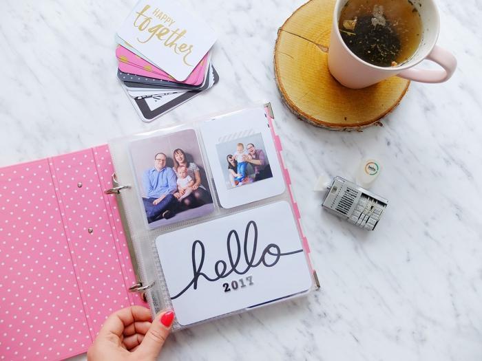 livre photo personnalisé, exemple d'album scrapbooking à la couverture rose et pages transparentes avec mots inspirants