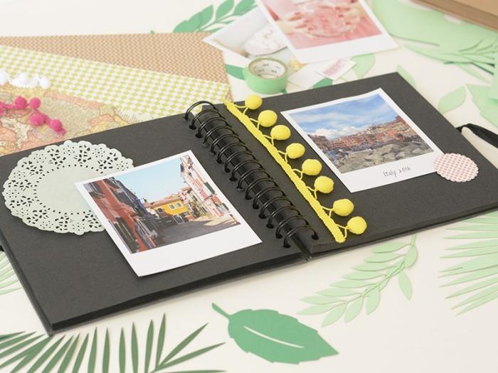 livre photo personnalisé, carnet de voyage aux pages noires avec décoration en dentelle et pompons jaunes