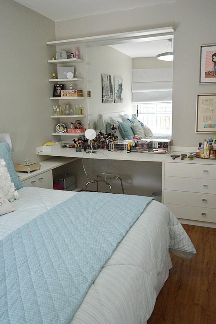 décoration chambre adulte en blanc et bleu pastel, avec miroir aux étagères blanches et plan blanc, meuble aux quatre tiroirs à côté du miroir