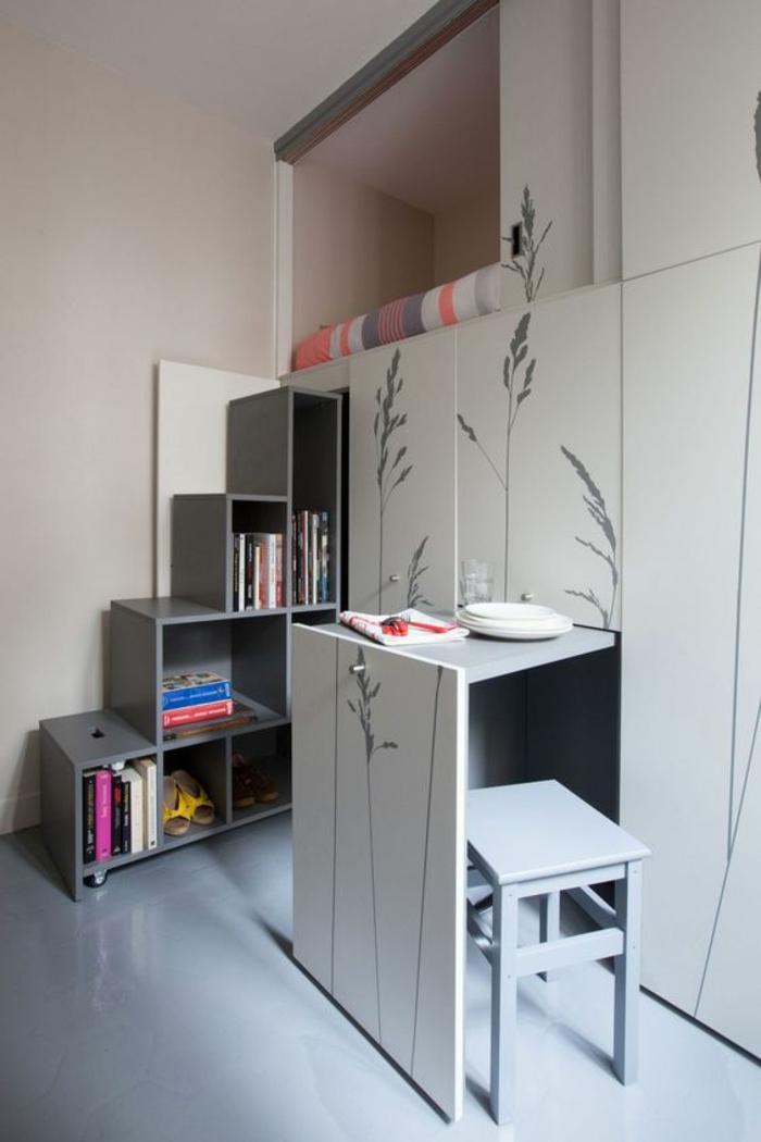 deco petite chambre adulte en blanche et gris, meuble de rangement sur toute la hauteur du mur, mur décoré avec des plantes dessinées en gris