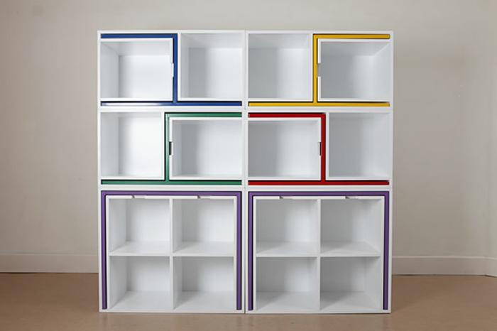 chambre de 9m2, décoration chambre adulte, meuble compact qui comporte plusieurs éléments, quatre chaises et une table en couleurs différentes