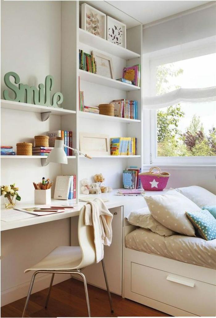 idée déco chambre adulte en blanc avec grand message Smile en vert sur une des étagères blanches, grands tiroirs de rangement en dessous du lit