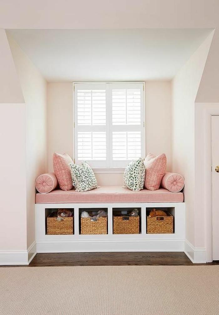 chambre de 9m2 avec niche blanche avec espace pour s'asseoir au matelas rose et des coussins roses et bleu turquoise, avec quatre cases de rangement
