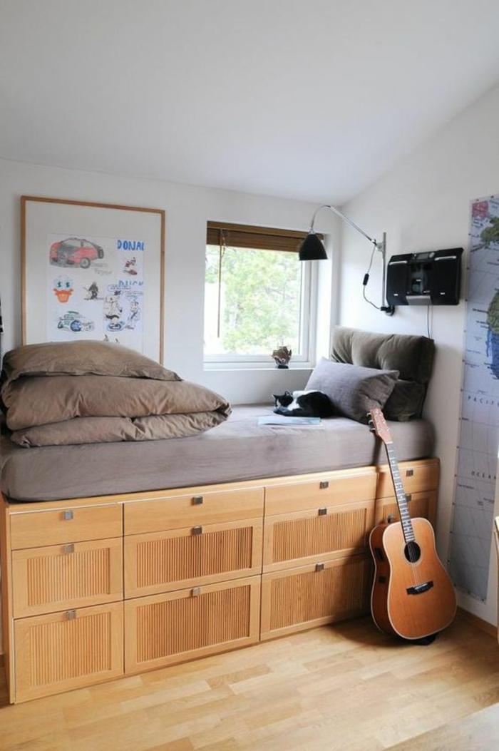 idée déco chambre adulte aménager une petite chambre d'adolescent avec lit en bois clair, des grands tiroirs de rangement pour adolescent garçon