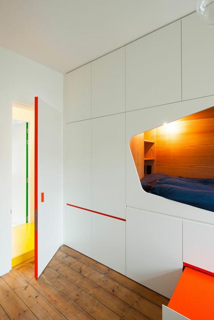 chambre de 9m2 amenagement petite chambre avec niche en style futuristique pour le lit, couleurs rouge et orange, parquet en bois rude