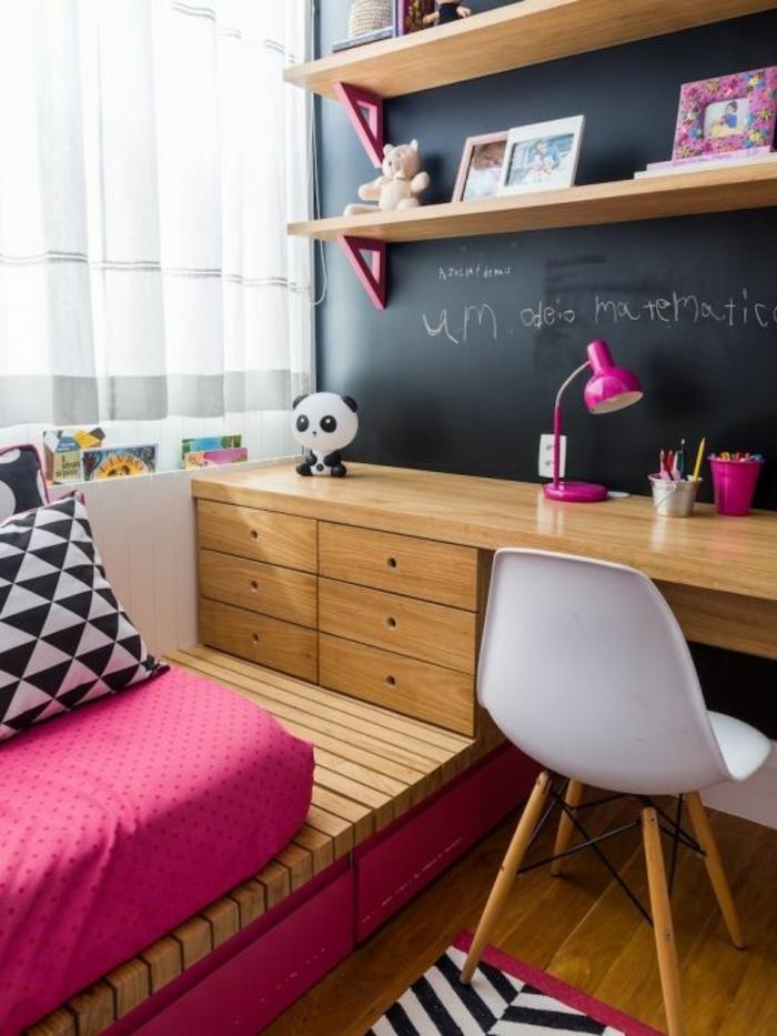 chambre de 9m2 pour enfant avec tableau noir pour écrire, lit sur plate-forme, des tiroirs en bois sur la plate-forme, chaise en plastique blanche sans accoudoirs, avec des pieds en bois clair