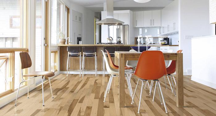 exemple de cuisine ouverte sur salle à manger, façade blanche bar en bois, chaises noirs, coin repas table bois e chaises modernes