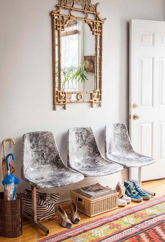 un meuble d'entrée original et sophistiquée fabriquées à partir des sièges de chaises récup, comment relooker des chaises pour un effet de faux marbre