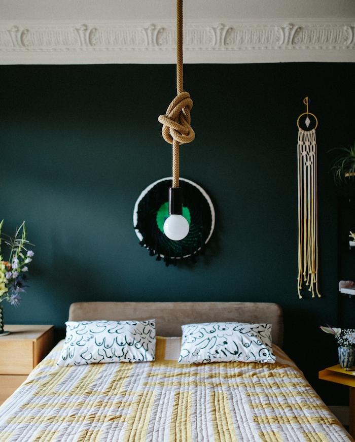 idée de bleu petrole peinture tirant vers le vert, suspension ampoule et corde, lit gris avec linge de lit blanc et jaune, table de nuit en bois, petit capteur de reves